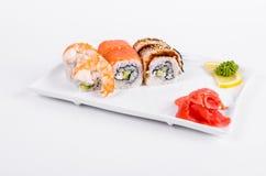 asien Tokyo rollt mit Garnele, Aal und Lachsen auf einer weißen Platte O Lizenzfreies Stockbild