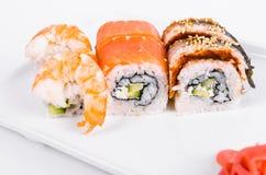 asien Tokyo rollt mit Garnele, Aal und Lachsen auf einer weißen Platte O Lizenzfreie Stockfotografie