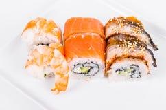asien Tokyo rollt mit Garnele, Aal und Lachsen auf einer weißen Platte O Lizenzfreies Stockfoto