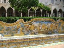 Asiento adornado de cerámica en el claustro de la basílica del santo Clara de Nápoles Italia Fotos de archivo