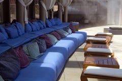Asiento al aire libre del área del salón del patio de la piscina Imagen de archivo