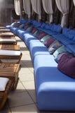Asiento al aire libre del área del salón del patio de la piscina Imágenes de archivo libres de regalías