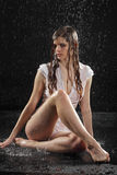 Asiento atractivo mojado de la muchacha de la ropa interior en suelo Fotografía de archivo