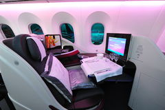 Asiento cómodo de la clase de negocios con la cena del ajuste Qatar Airways a bordo Boeing 787-8 Dreamliner en Singapur Airshow Fotografía de archivo