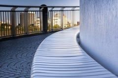 Asiento curvado del riverwalk en sombra Fotografía de archivo libre de regalías