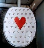 Asiento de inodoro con los corazones Imagenes de archivo