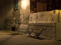 Asiento de jardín de madera por noche. Monopoli. Apulia. imagen de archivo libre de regalías