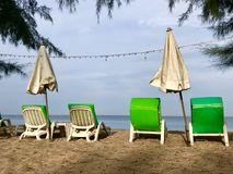 Asiento de la playa en el papel pintado de la playa Imágenes de archivo libres de regalías