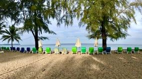 Asiento de la playa en el papel pintado de la playa Foto de archivo