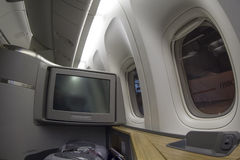 Asiento de la primera clase en Boeing 777-300 en un aeroplano comercial Imagen de archivo libre de regalías