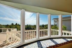 Asiento de ventana soleado con la visión perfecta imagen de archivo
