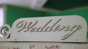 Asiento del tablero en la boda con la boda de la inscripción metrajes