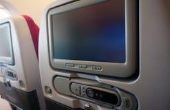 Asiento económico de la clase de la línea aérea con la pantalla táctil TV imágenes de archivo libres de regalías