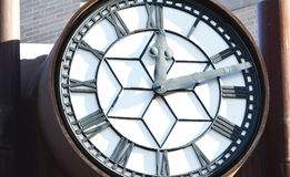Asiento grande del reloj en el centro de la ciudad de Edmonton imagen de archivo