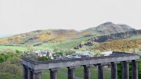 Asiento histórico de Arturo de la ciudad de Edimburgo del tiro de la antena de los monumentos de la colina de Calton almacen de metraje de vídeo