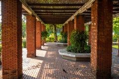 Asiento interior del beautiflu con el tejado en parque imagen de archivo