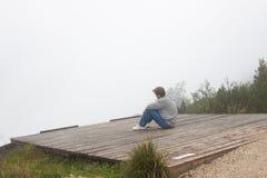 Asiento meditativo del hombre Fotos de archivo libres de regalías