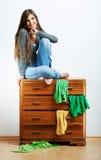 Asiento modelo joven en el armario para la ropa. Fotografía de archivo libre de regalías
