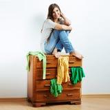 Asiento modelo joven en el armario para la ropa. Imagenes de archivo