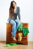 Asiento modelo joven en el armario para la ropa Imagen de archivo