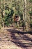 Asiento ocultado del cazador en el bosque imagen de archivo