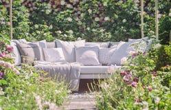 Asiento romántico del jardín fotos de archivo libres de regalías