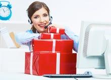 Asiento sonriente del operador en la tabla con la caja de regalo roja Negocio feliz Fotografía de archivo libre de regalías