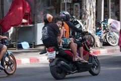 Asiento trasero de motocicleta que monta de cuatro personas en la moto rápida Imagenes de archivo