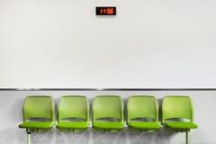 Asiento verde de la zona de espera Imagen de archivo