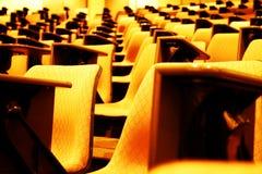 Asientos anaranjados de la presentación de la conferencia Imagenes de archivo