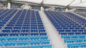 Asientos azules vacíos en estadio almacen de metraje de vídeo