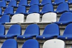 Asientos azules y blancos del estadio Imagenes de archivo