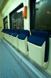 Asientos cómodos azules rojos en el tren Fotografía de archivo libre de regalías