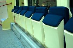 Asientos cómodos azules rojos en el tren Foto de archivo