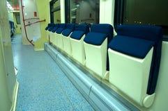Asientos cómodos azules rojos en el tren Imagen de archivo