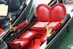 Asientos cómodos en tela roja de una góndola Fotografía de archivo