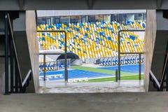 Asientos coloreados en el estadio grande Fotos de archivo