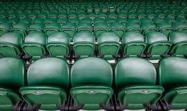 Asientos de centro de la corte de los campeonatos de los tenis sobre hierba de Wimbledon foto de archivo