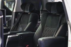 Asientos de cuero cómodos en coche Fotos de archivo