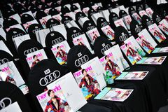 Asientos de la audiencia con sus bolsos de la revista del mundo y de la chuchería de Swarovski en Audi Fashion Festival 2012 Fotos de archivo libres de regalías
