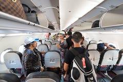 Asientos de la toma de los pasajeros del aire en el avión Fotos de archivo