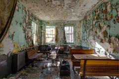 Asientos de madera de la cafetería - hospital abandonado Imágenes de archivo libres de regalías