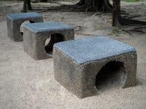 Asientos de piedra en el parque de la ciudad fotos de archivo libres de regalías