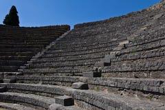 Asientos de piedra restaurados en el amphitheatre de Pompeya Imagen de archivo