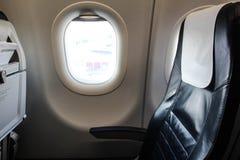 Asientos de un aeroplano, con una ventana Fotografía de archivo libre de regalías