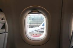 Asientos de un aeroplano, con una ventana al ala Fotos de archivo