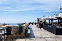 Asientos del restaurante de Cagliari Cerdeña Italia en la terraza mediterránea de Umberto imágenes de archivo libres de regalías