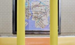 Asientos del subterráneo de Nueva York e interior del coche de tren del mapa NYC imagenes de archivo