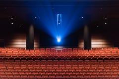 Asientos del teatro y proyección cinemática Imagenes de archivo