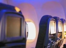 asientos en el avión en svte soleado con las revistas Fotografía de archivo libre de regalías